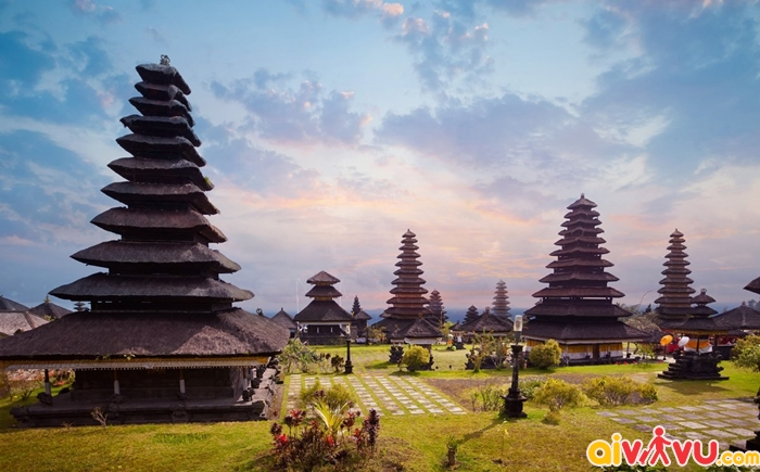 Đền Besakih là một tổ hợp bao gồm nhiều ngôi đền nhỏ