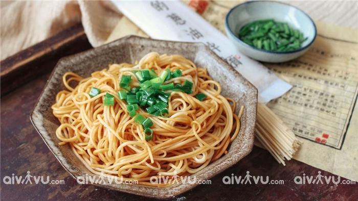 Mì sốt dầu hành là một món ăn bình dân phổ biến tại Trung Quốc
