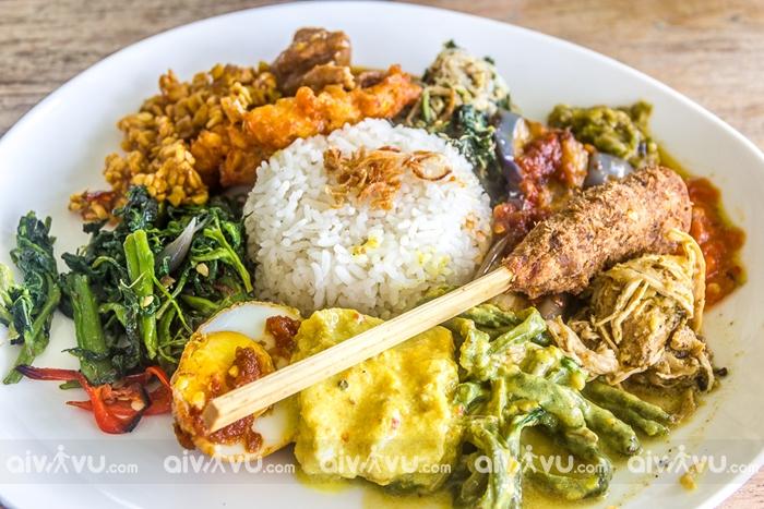 Nasi campur phần cơm đúng phong cách truyền thống của Malaysia