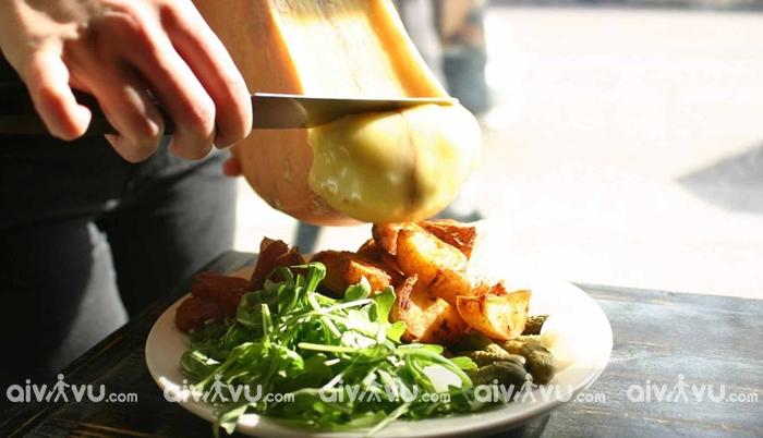Raclette tên một loại Phô mai của Thụy Sĩ rất được yêu thích