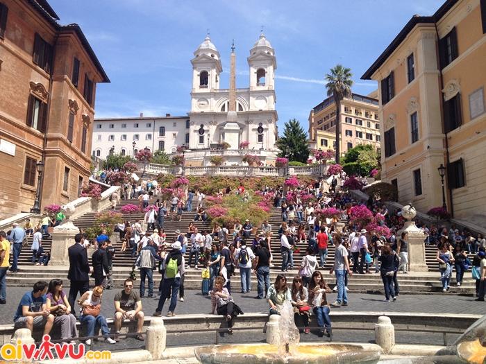 Các bậc thang Tây Ban Nha phủ hoa đỗ quyên