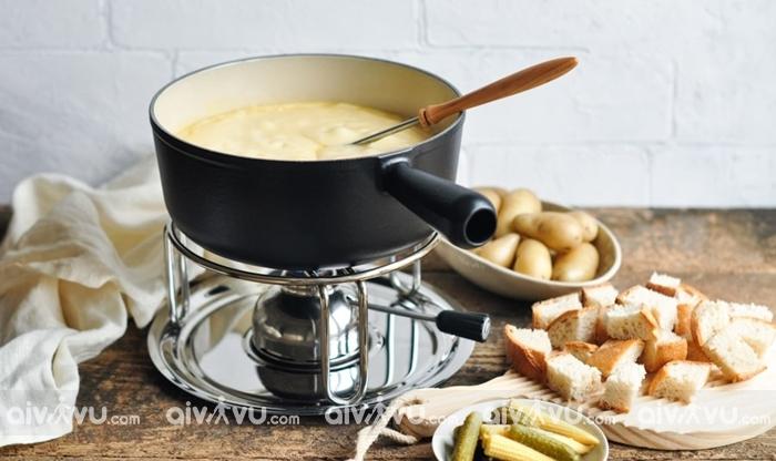 Cheese fondue đặc trưng ẩm thực Thụy Sĩ.
