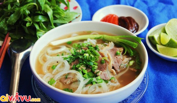 Phở là món ăn bạn nên thưởng thức khi du lịch Hà Nội