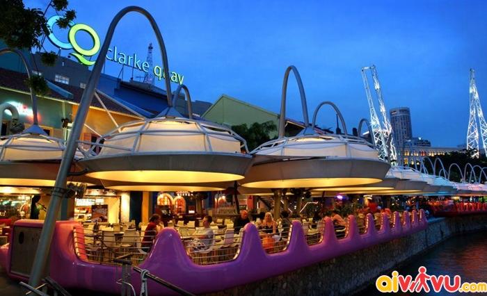 Clarke Quay là nơi đông vui, nhộn nhịp nhất Singapore, nhất là vào ban đêm