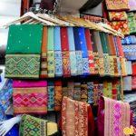 Gấm, lụa thủ công được bày bán trong Chợ Talat Sao