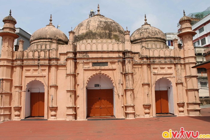 Nhà thờ hồi giáo Khan Mohammad Mridha nổi bật với thiết kế 3 mái vòm độc đáo