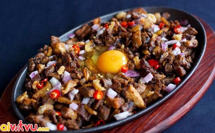 Sizzling Sisig– món ăn làm từ đầu heo phục vụ trên 1 đĩa sắt nóng
