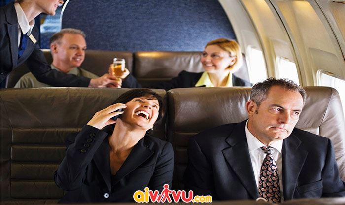 Cởi giày trên máy bay