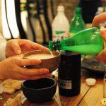 Uống rượu sochu tại Hàn Quốc