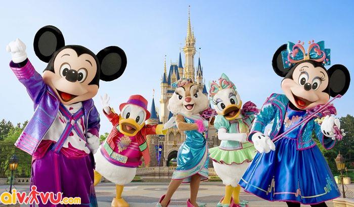 Chụp hình ở công viên Tokyo Disneyland.