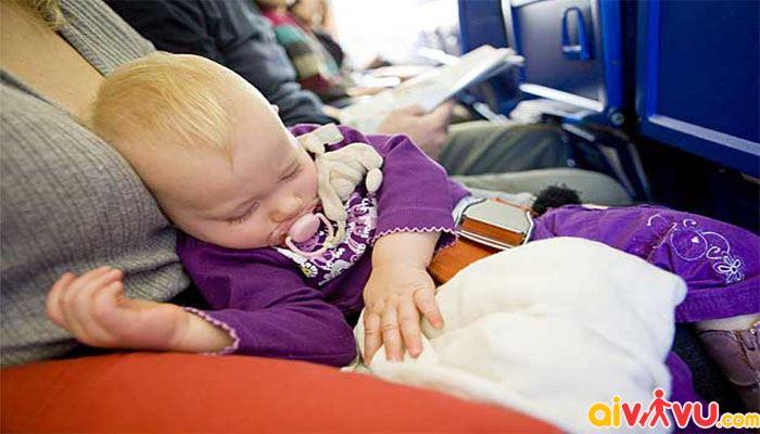 Với bé dưới 2 tuổi bạn nên đặt bé ngồi trong lòng mình khi bay