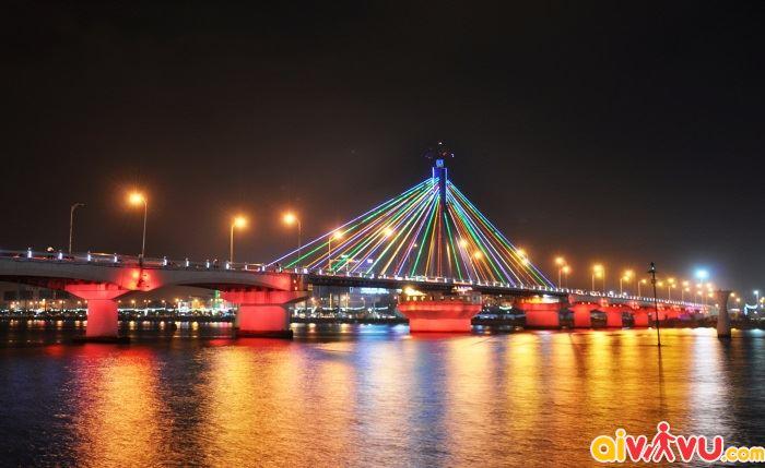 Cầu Đà Nẵng lung ling trong đêm tối