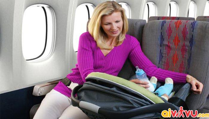 Cần có người lớn đi cùng bé sơ sinh