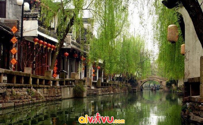 Cổ trấn tuyệt đẹp với thành phố trên sông