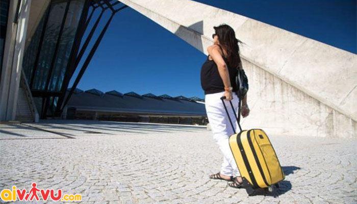 Bà bầu không nên mang hành lý cồng kềnh khi bay