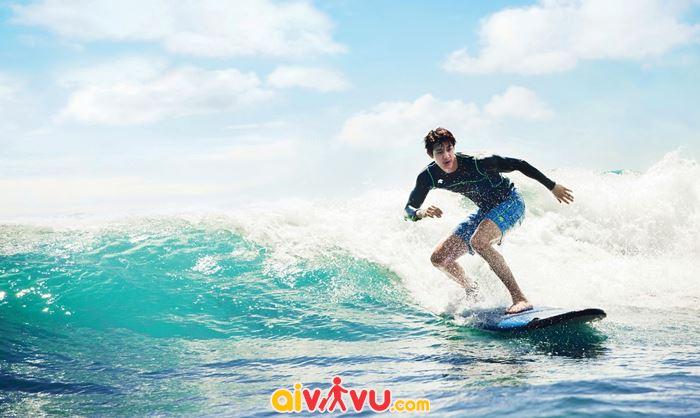 Lướt sóng trên bãi biển ở Honolulu