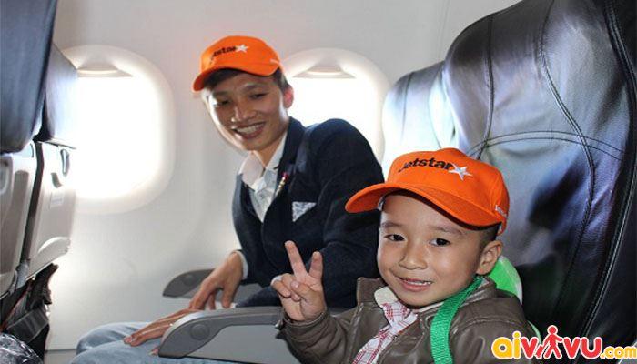 Nên có người lớn đi cùng bé khi đi máy bay