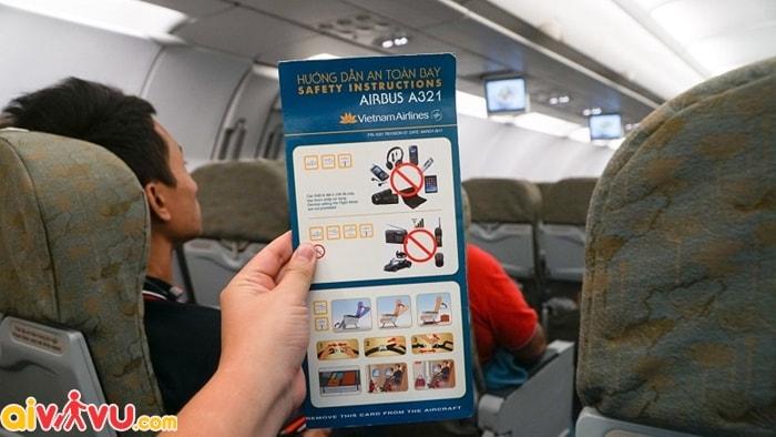 Thực hiện các quy định an toàn khi đi máy bay