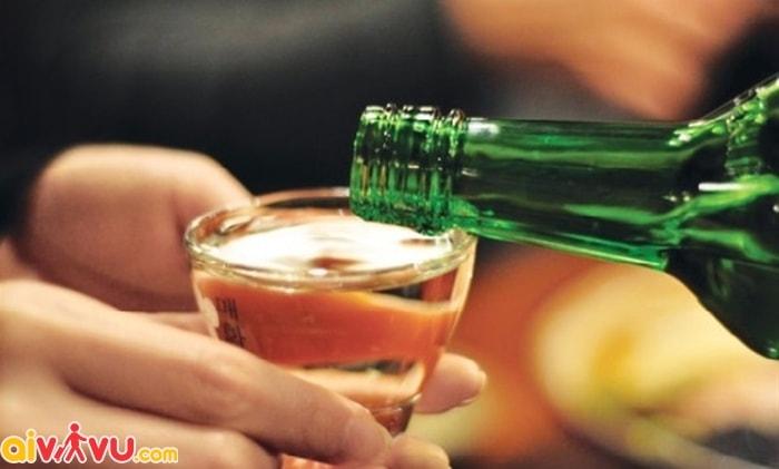 Không nên mang theo các loại rượu tự nấu trên chuyến bay