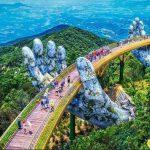 Hình ảnh cây cầu vàng được đôi tay khổng lồ nâng