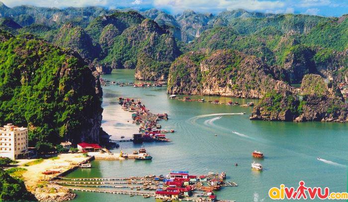 Quần đảo Cát Bà cách trung tâm thành phố khoảng 30 km.