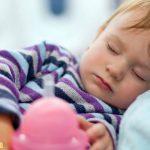 Nên chọn giờ bay vào giờ ngủ của trẻ
