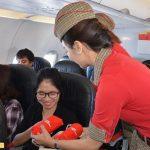 Vietjet tặng những món quà nhỏ cho hành khách trên chuyến bay đầu tiên