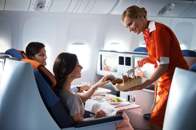 Tiếp viên đang phục vụ trong khoang ghế thương gia Aeroflot