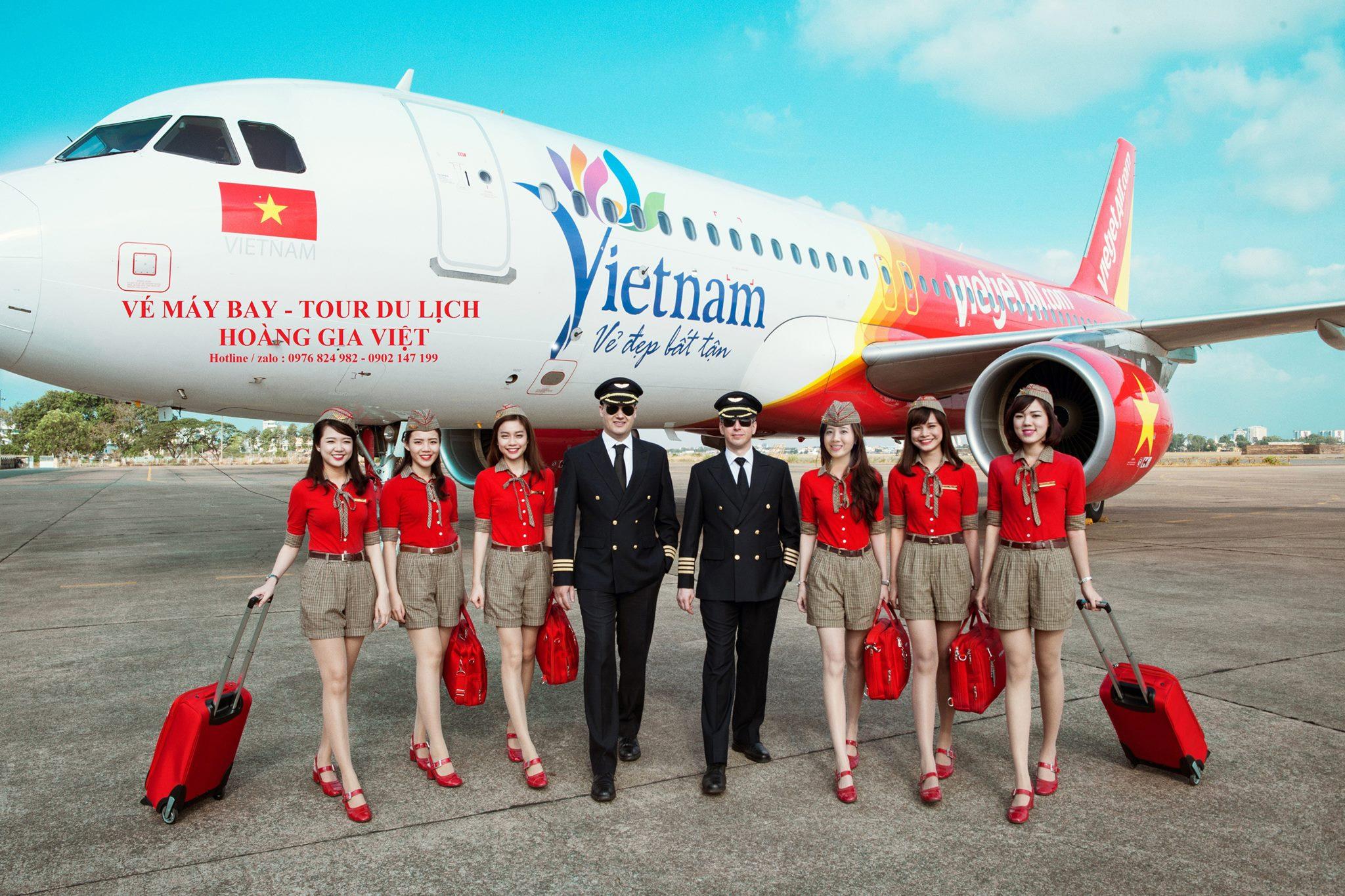 Tiếp viên và cơ trưởng trước tàu bay Vietjet Air