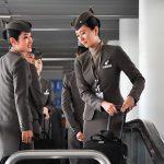 Các tiếp viên của Airlines đang chuẩn bị hành lý cho chuyến bay