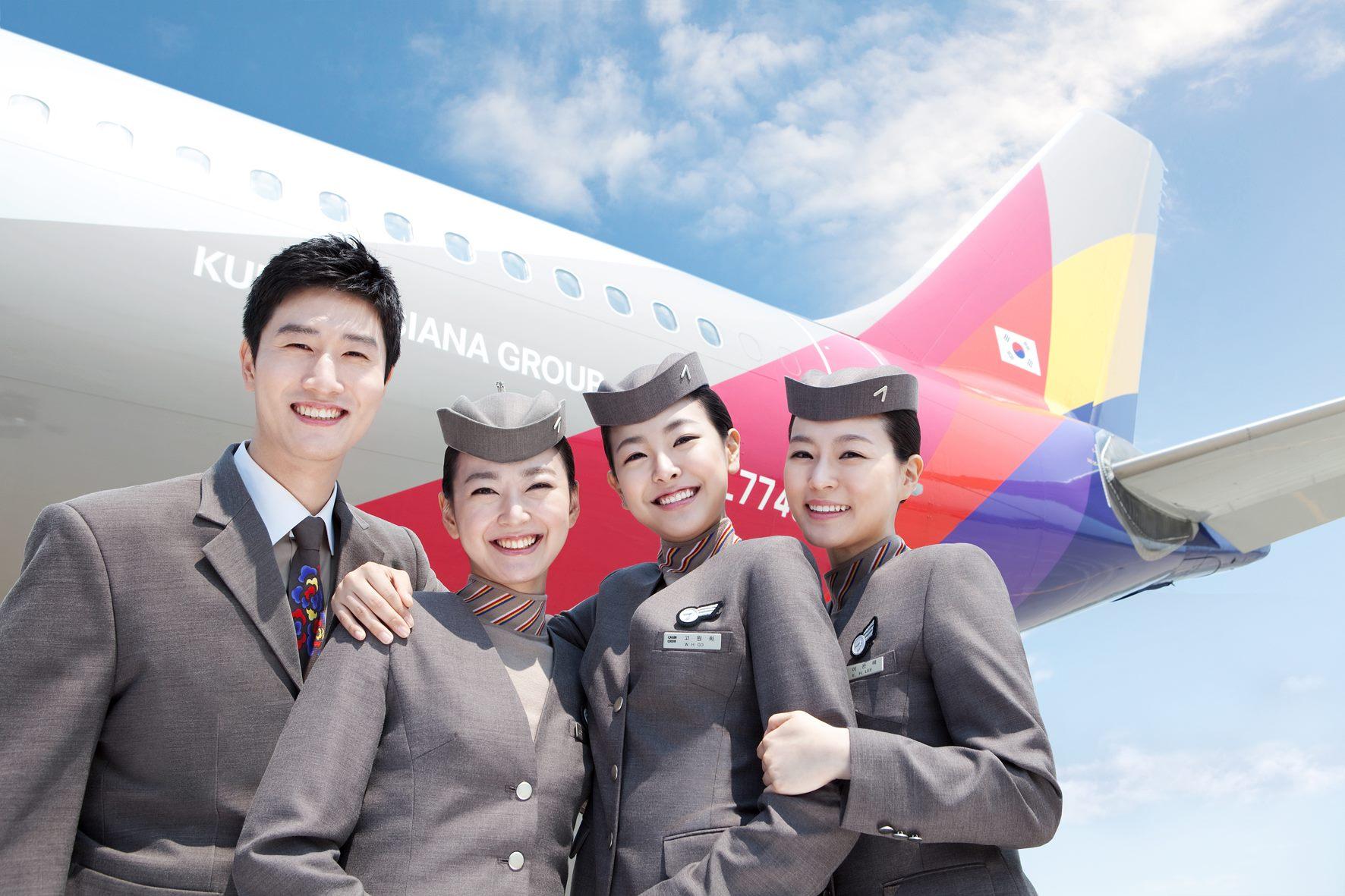 Tiếp viên Asiana Air trước phi cơ