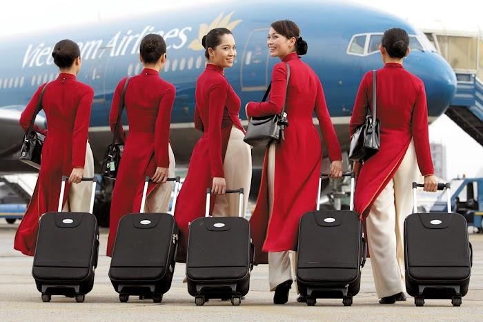 Nữ tiếp viên của Vietnam Airliens với hành lý cá nhân