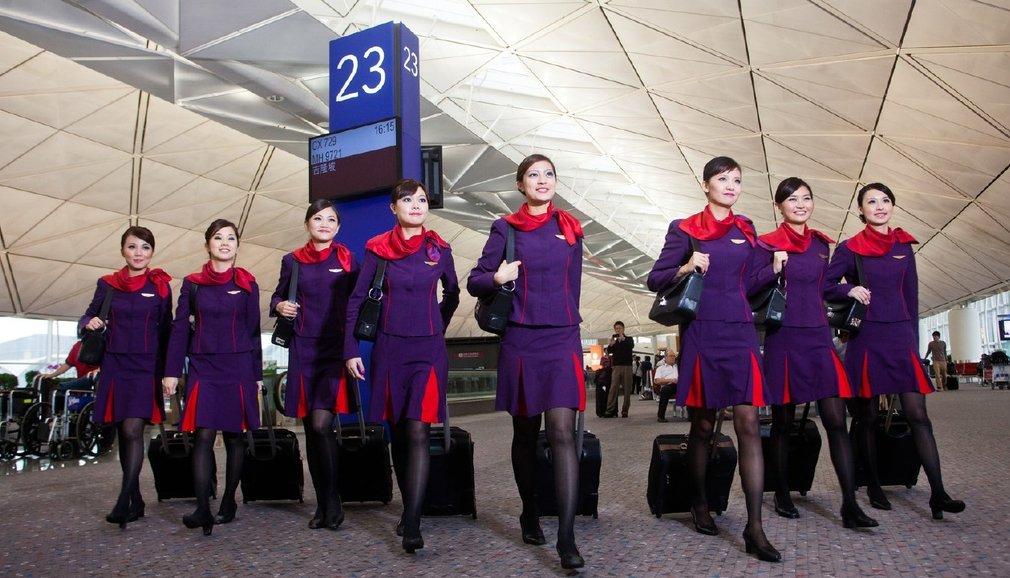 Nữ tiếp viên Hongkong Airlines tại sân bay