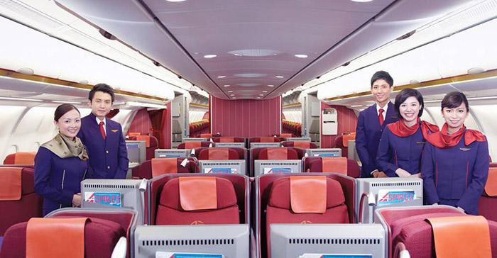 Tiếp viên của Hongkong Airlines trong khoang ghế hạng Nhất