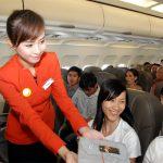 Nữ tiếp viên hàng không trong khoang ghế phổ thông