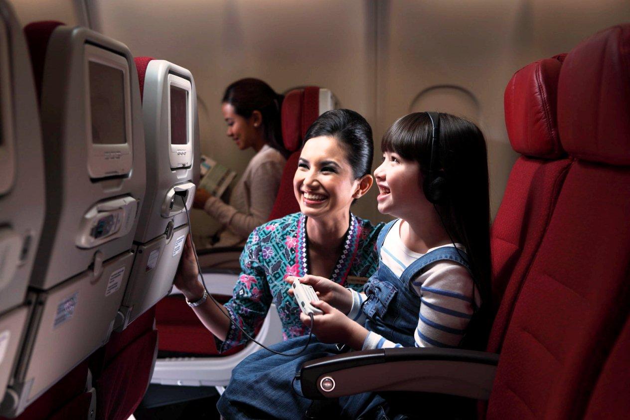 Tiếp viên của Malaysia Airlines phục vụ ở khonag phổ thông