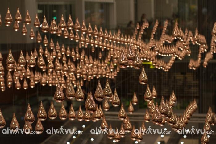 Những giọt nước bằng đồng tại triển lãm nghệ thuật ở sân bay Changi