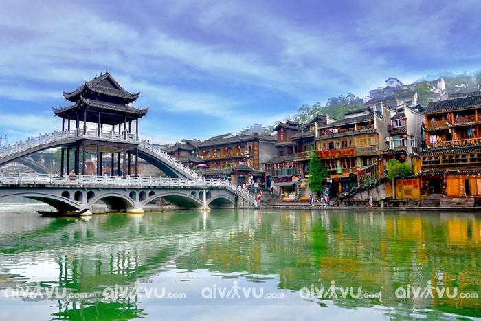 Cầu Hồng Kiều thơ mộng bắc qua dòng sông Đà Giang