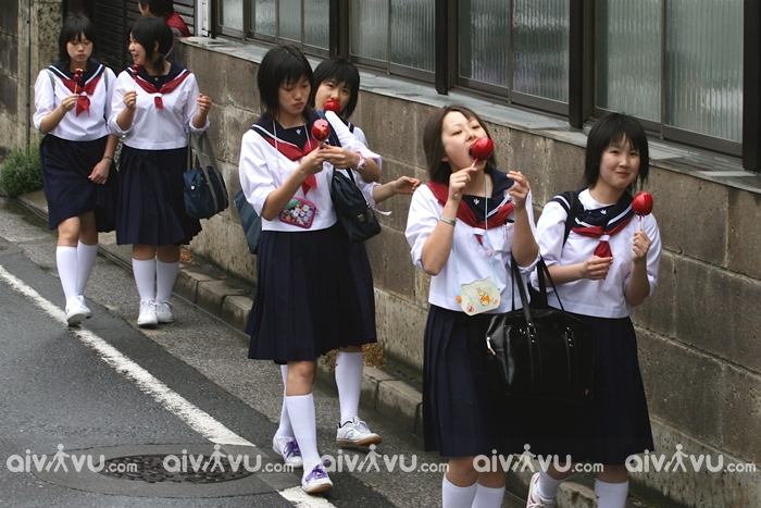 Vừa đi vừa ăn là hành động cấm kị tại Nhật Bản bởi sẽ tạo sự phiền toái cho người xung quanh