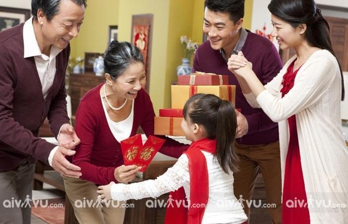 Trẻ em cũng được nhận lì xì và lời chúc ý nghĩa trong những ngày đầu năm
