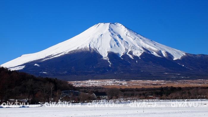 Tuyết phủ trắng núi Phú Sĩ khi du lịch ở Tokyo Nhật Bản