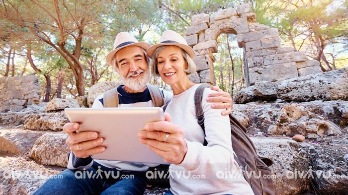 Chọn mua bảo hiểm du lịch cho người cao tuổi cần lưu ý điều gì?