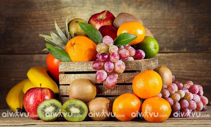 Nên bổ sung hoa quả, rau xanh, uống đủ nước,... để tăng cường sức đề kháng, đẩy lùi dịch bệnh
