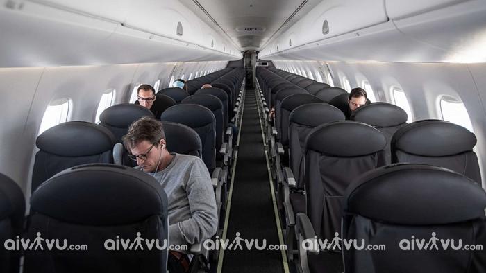 Giữ khoảng cách với người xung quanh khi đi máy bay mùa dịch Covid-19