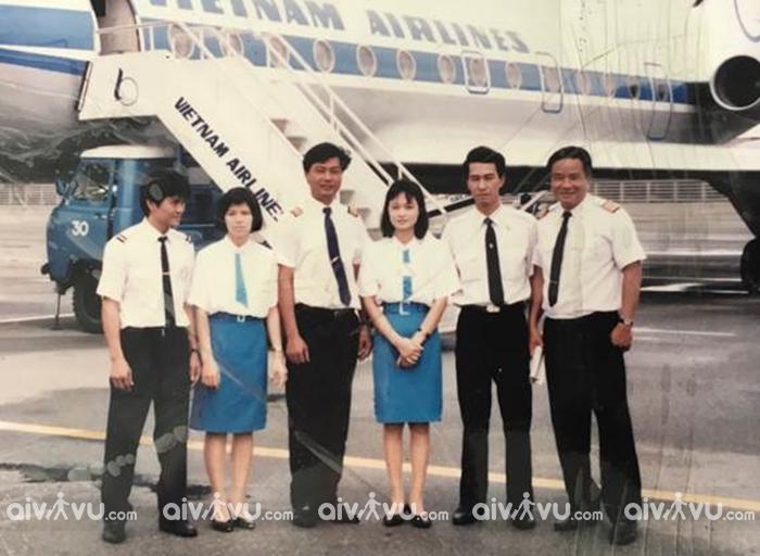 Đồng phục thứ hai của Vietnam Airlines với áo sơ mi trắng và váy xanh