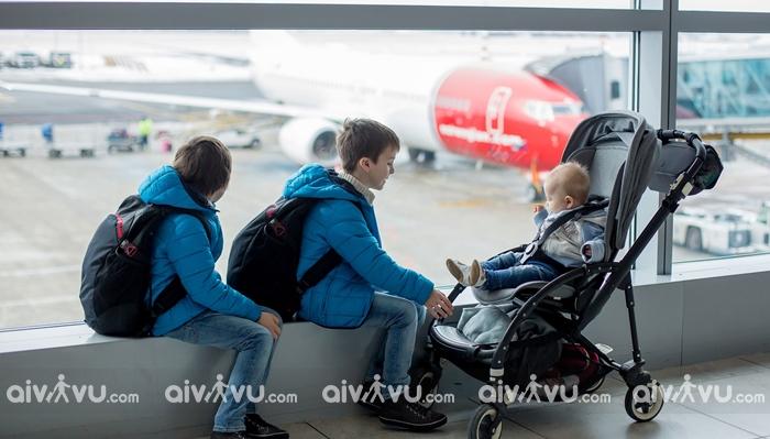 Làm thế nào để mang xe đẩy em bé lên máy bay?