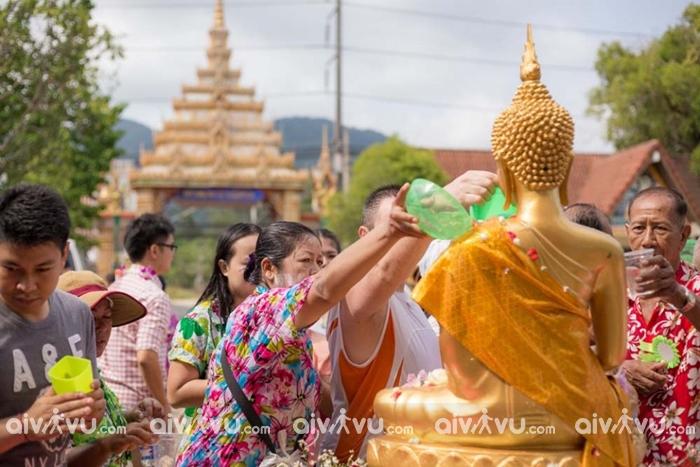 Bên cạnh các hoạt động vui nhộn, người dân cùng không quên đi chùa để cầu may mắn trong năm mới