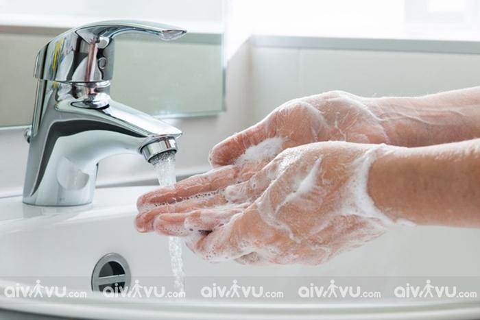 Rửa tay thường xuyên để tiêu diệt vi khuẩn