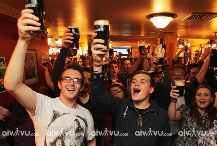Quy tắc uống rượu bia tại các quán bar ở Anh