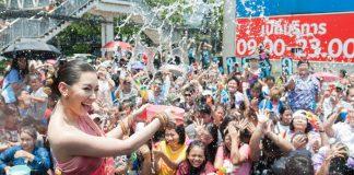 """""""Xõa"""" hết mình tại lễ hội té nước Songkran khi du lịch Thái Lan"""